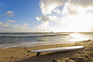 Spain, Baleares, Mallorca, surfboard lying at the seafront - MSF004330