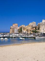 Italy, Sicily, Province of Trapani, Fishing village Castellammare del Golfo, Beach and harbour - AMF003046