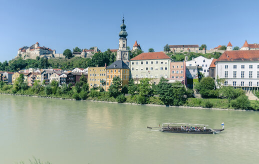 Germany, Bavaria, Burghausen, View to Old town with castle complex at Salzach river - OP000026