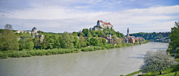 Germany, Bavaria, Burghausen, View to Old town with Castle at Salzach river, Panorama - OPF000031