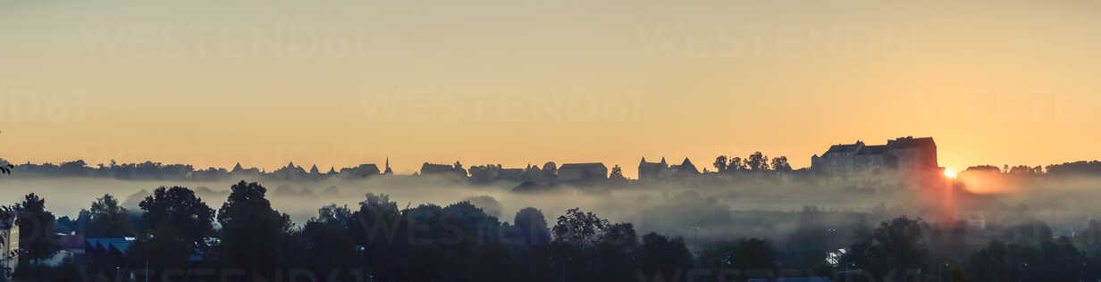 Germany, Bavaria, Burghausen, View to Old town and Castle complex at sunrise, Panorama - OPF000033 - Ophelia/Westend61