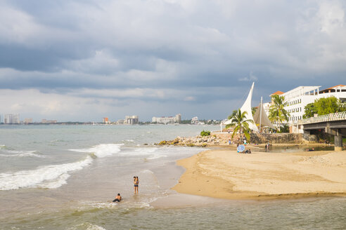 Mexico, Jalisco, Puerto Vallarta, Mouth of Rio Cuale into Pacific Ocean and beginning of Malecon boardwalk - ABA001544