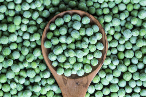 Wooden spoon and frozen peas - SARF000947