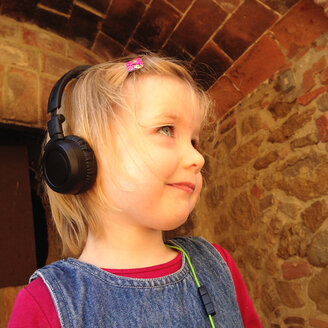 Blonde girl with head phones, smiling - GSF000911