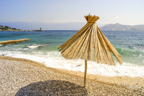Croatia, Krk, Baska, beach with sunshades - PUF000164