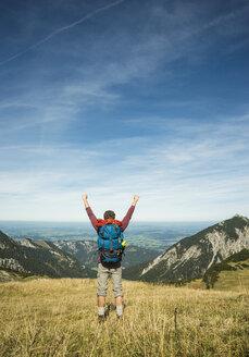 Austria, Tyrol, Tannheimer Tal, young couple hiking - UUF002441