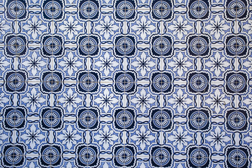 Portugal, Lagos, blue white Azulejos, close-up - KBF000232