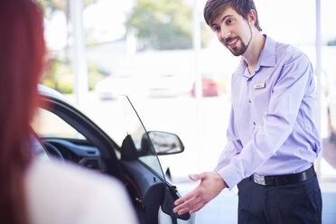 Car dealer talking to client - ZEF002028