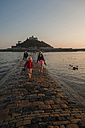UK, England, Cornwall, family on causeway at tidal island St Michael's Mount - PAF001071