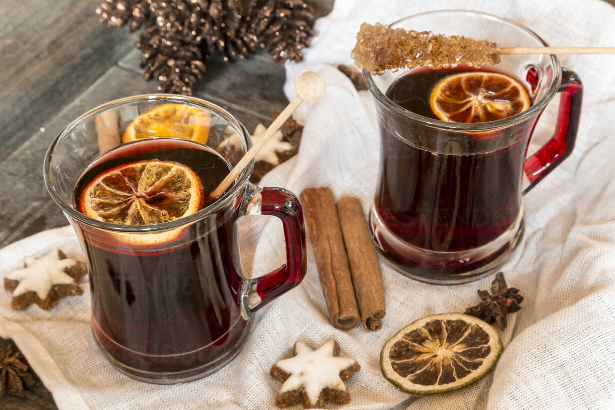 Glasses of mulled wine, orange slices and cinnamon stars on cloth and wooden tray - SARF000985 - Sandra Roesch/Westend61