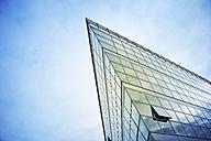 Germany, North Rhine-Westphalia, Duesseldorf, part of glass facade of modern office building - GUFF000007