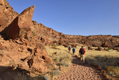 Nambia, Kunene, Damaraland, Hikers in Twyfelfontein canyon - ES001462