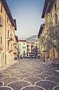 Italy, Veneto, Malcesine,  Narrow lane in old town - LVF002158