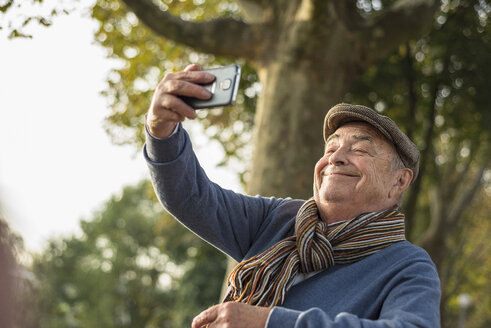 Smiling senior man taking a selfie - UUF002718
