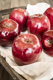 Red apples on vloth and wooden tray - SARF001027