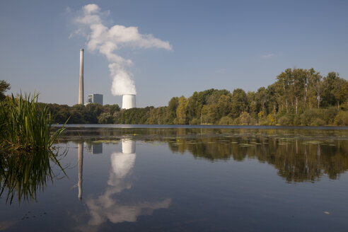Germany, North Rhine-Westphalia, Bergkamen, Bergkamen Power Station, Lake Beversee in the foreground, nature reserve - WIF001159