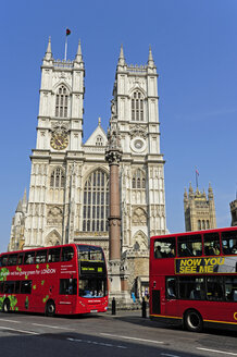 UK, London, red buses in front of the Westminster Abbey - MIZF000648