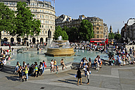 UK, London, Trafalgar Square, fountain with people - MIZ000671