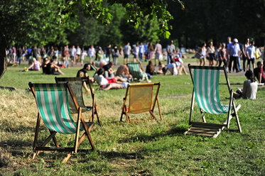 UK, London, Ritz Corner, canvas chairs in Green Park - MIZ000693