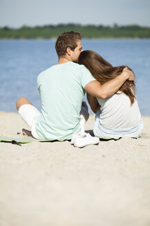 Couple hugging on the beach - CvKF000168