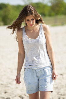 Young woman on the beach - CvKF000189