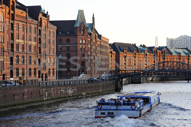 Germany, Hamburg, Speicherstadt, tourboat on Zollkanal - MIZ000741