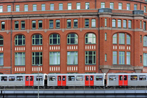 Germany, Hamburg, subway train at Slomanhaus - MIZ000747