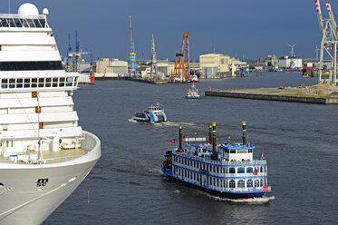 Germany, Hamburg, Altona, ship traffic on River Elbe - MIZ000764