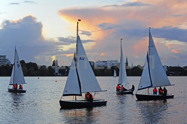 Germany, Hamburg, sailboats on Lake Alster - MIZ000781