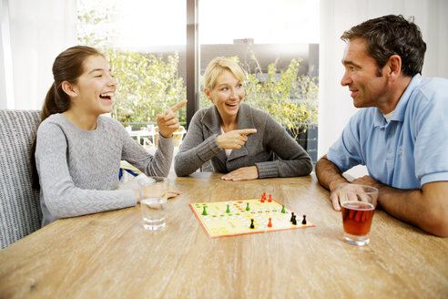 Family playing ludo at home - GD000597