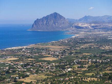 Italy, Sicily, Province of Trapani, View to village Erice and Monte Cofano - AMF003264