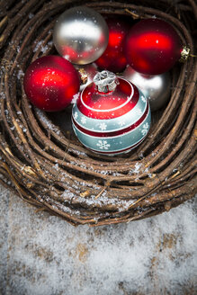 Wreath and Christmas baubles and artificial snow - LVF002331