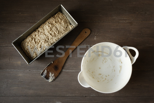 Empty bowl, scraper and baking pan with buckwheat bread dough on wood - EVGF001023