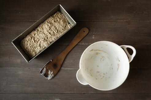 Empty bowl, scraper and baking pan with buckwheat bread dough on wood - EVGF001023