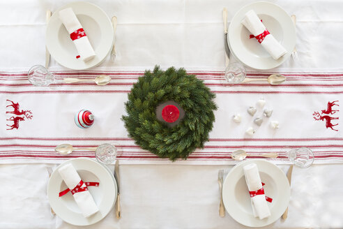 Red-white laid table with Advent wreath at Christmas time - LVF002358