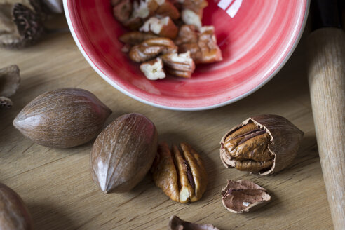 Cracked and whole Pecans - YFF000271