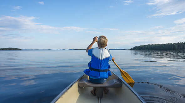 Finland, Karelia, canoeing boy on lake Pielinen - JBF000160