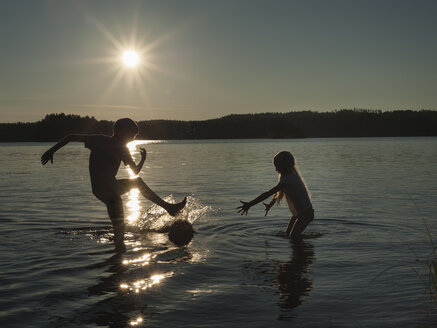 Finland, Southern Savonia, Savonlinna, lake Saimaa, children splashing in water - JBF000169