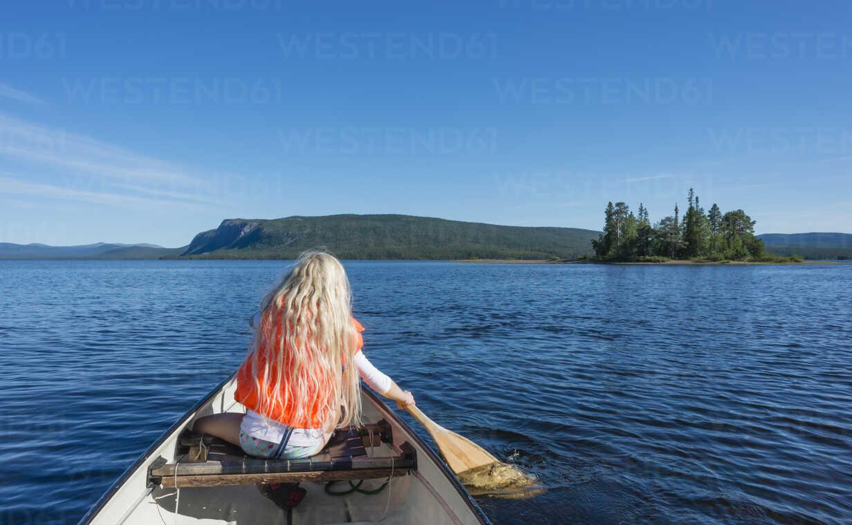 Sweden, Lapland, Norrbotten County, Kvikkjokk, canoeing girl on lake Saggat - JBF000191 - Jan & Nadine Boerner/Westend61