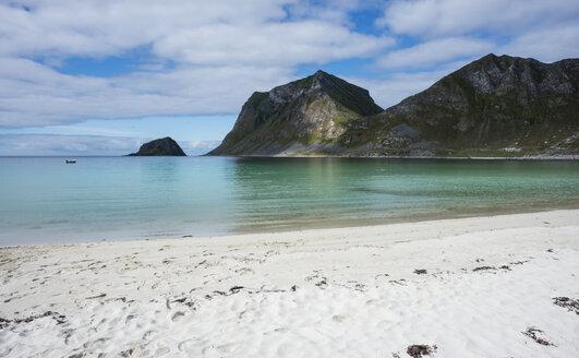 Norway, Nordland, Lofoten, Vestvagoy, Haukland beach and bay of Vikbukta - JBF000205