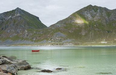 Norway, Nordland, Lofoten, Vestvagoy, Haukland, bay of Vikbukta, lonely rowing boat - JBF000206