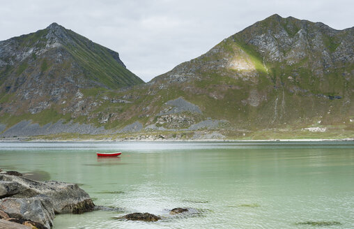 Norway, Nordland, Lofoten, Vestvagoy, Haukland, bay of Vikbukta, lonely rowing boat - JBF000206