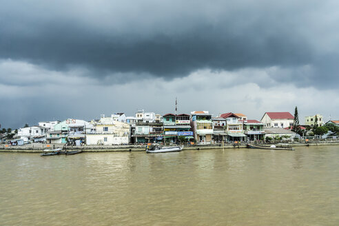 Vietnam, Vinh Long, Ta On, view to dwelling at riverside of Mekong by stormy atmosphere - WEF000272