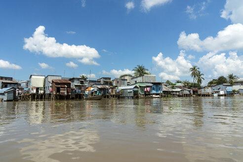 Vietnam, An Giang, Long Xuyen, view to pile dwellings at riverside of Mekong - WEF000270