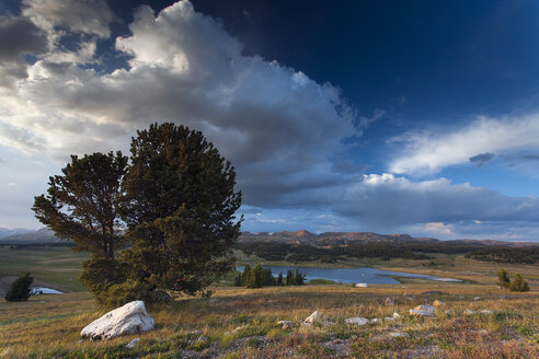 USA, Montana, Landscape and lake - NNF000090