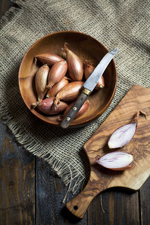 Shallots, Allium ascalonicum, in wooden bowl with knife, studio - SBDF001455