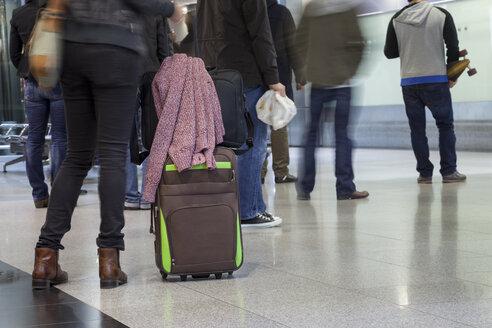 Germany, North Rhine-Westphalia, Duesseldorf, people with luggage at airport - WI001180