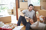 Couple moving house eating pizza - ZEF002846