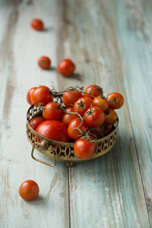 Metal bowl of cherry tomatoes on wood - MYF000753