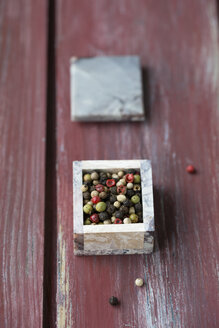 Little box of mixed peppercorns on wood - MYF000742